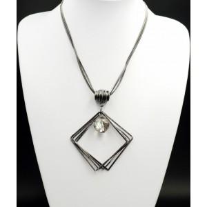 Sautoir avec une double chaîne en métal argenté foncé et pendentif orné d'un cristal facetté