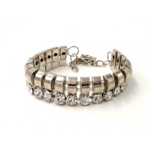 Bracelet en métal argenté orné de strass blancs