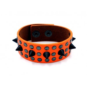 Bracelet en cuir orange orné de clous en métal argentés et noirs