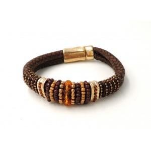 Bracelet en cuir marron orné de perles de couleur marron et ambrée et dorée
