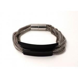 Bracelet avec des maillons en métal fin argenté qui coulissent dans une plaque noire