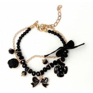 Bracelet avec des perles noires, chaîne dorée et breloques