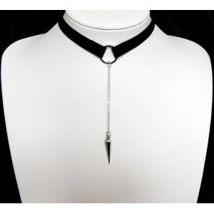 Ras de cou en tissu enduit noir orné d'une chaînette avec un pendentif en métal argenté