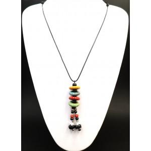 Collier avec un pendentif composé d'anneaux en céramique , perles et pièces métalliques sur cordons cirés noirs